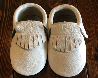 Baby Shoes-Baby Moccasins-Toddler Shoes-Baby Shoes Girl-Baby Boy Shoes-Leather Baby Shoes in White Fringe Style for Boy or Girl