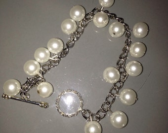 Beaded bracelet with toggle clasp.
