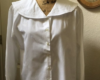 White cotton blouse, with large collar