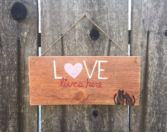 Love Lives Here Rustic Wooden Sign; Painted Fence Boards; Hand Painted Wooden Signs; Rustic Love Sing; Hanging Wooden Sign; Rustic Decor
