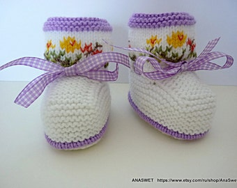 Knitted baby booties in white with embroidery and purple ribbon,knitted baby boots,knitted baby shoes.Ready to ship .