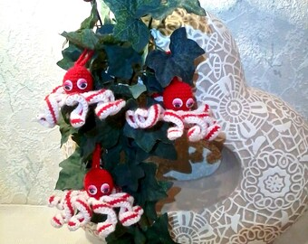 Crochet Christmas frills – beautiful crochet Christmas ornaments in red and white, red and white octopus, handmade Xmas adornment, garland
