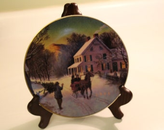 1988 Christmas Plate.  Plate.  1980's.  Vintage.  Plate with gold.  Gold.  Snow.  Horses.  Home decor.  Table ascent. Christmas gift