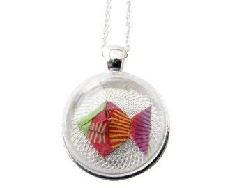 Bijou en origami. Collier origami. Pendentif avec petit poisson en origami - dôme en verre 2,5 cm & collier plaqué argent 925, 40cm.