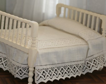 Quilt of natural linen with lace bobbin and double hemstitch for Dollhouse bed scale 1/12
