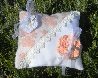 White and pink cushion for romantic alliances
