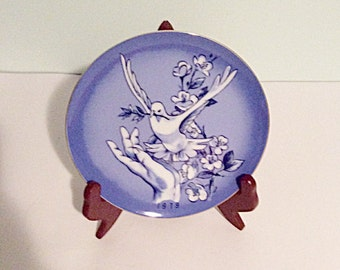 1979 Spencer Gifts decorative plate, vintage hand holding dove plate, vintage wall decor