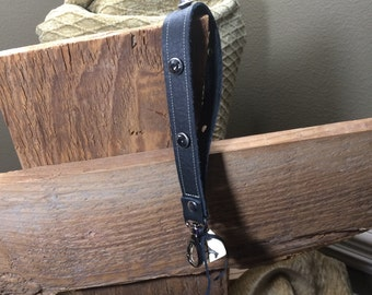 Wristlet strap with lever snap