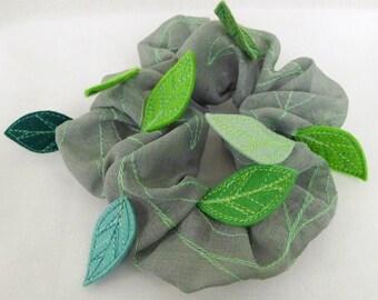 Chou chou (scrunchy) with leaves