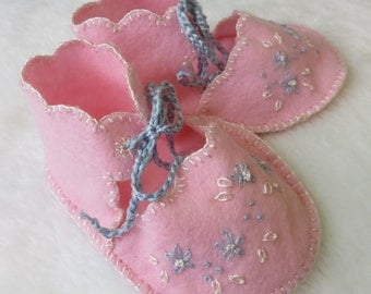 Bootie//Felt Baby Booties - pink with hand embroidery, vintage style