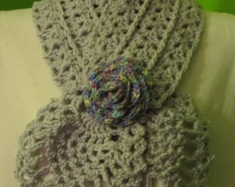 Pale grey headscarf with a rose (multicolor)