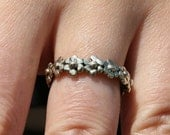 Delicate ring made of yellow silver featuring daisy's by zulasurfing