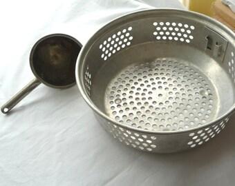 Vintage Aluminum Strainer, Aluminum Measuring Cup, MOM, Vintage Housewares, Cooking Supplies, Measuring Scoop,Kitchen Gadgets,Metal Strainer