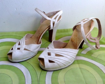 Pinup Peep toe, Rockabilly, Bombshell, Pumps, high heel shoes.  Vintage 1940.  White Leather.  Size 6 B.