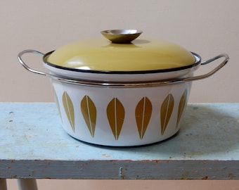 60s Signed Cathrineholm Lotus Casserole Dutch Oven Wheat Yellow Mustard White 2QT 8.5 Inch Grete Prytz Kittelson Arne Clausen Mid Mod Kitsch