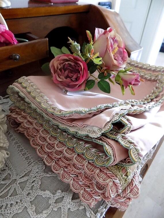zwei antike franz sische rosa und gr n tisch l ufer mit. Black Bedroom Furniture Sets. Home Design Ideas