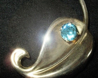 1940s Heavy Gold Deco Brooch Pendant With Large Blue Topaz Sparkly Rhinestone In Fabulous Condition