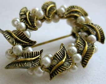 Vintage 50s Gold Tone & Faux Pearl Wreath Brooch Pin