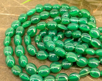 Natural Green Onyx 6-11mm Smooth Oval Gemstone Beads / Approx 55 pieces on 14 Inch long strand / JBC-ET-BGON007