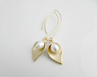 Arum Lily Earrings, Calla Lily Earrings, Bridesmaid Earrings, Bridesmaid Gifts, Long Lily Earrings, British Seller UK, Pearl Drop Earrings