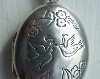 Stunning Vintage Sterling Silver Love Birds Sentiment Locket