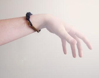 DERNIER bracelet tressé avec tube de laiton carré et breloque / MAUVE RAISIN
