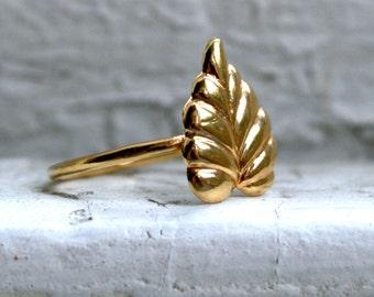 Fantastic Vintage Leaf Ring in 18K Yellow Gold.