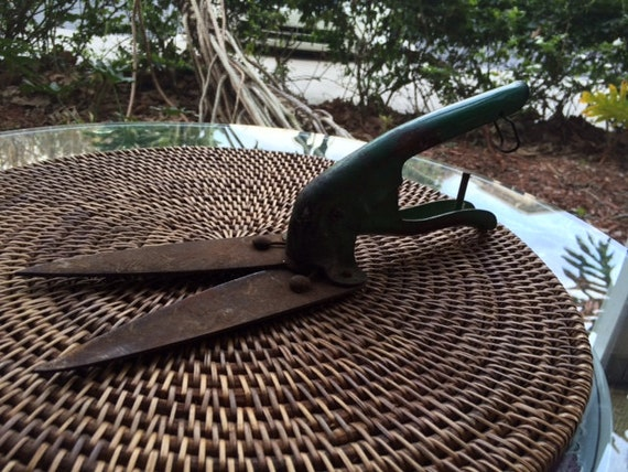Sale vintage rustic garden clippers green hand held for Hand held garden clippers