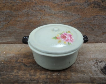 Miniature casserole with lid in pastel green