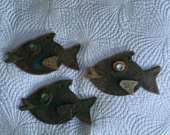 3 kissing fish