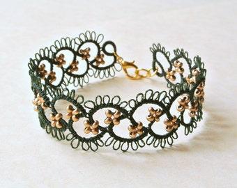 Tatting lace bracelet made in Italy//dark green and gold bracelet// frivolitè// tatted beaded bracelet//fiber jewelry//lightweight jewelry