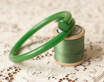 Knitting needle bracelet in Green. Gift for her. Knitters gift. Upcycled. Yarn lovers gift. Statement jewelry. Retro.