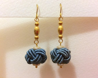 Swinging earrings with blue Chinese knots