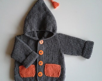 Vest with hood for born baby in 24 months knit in the hand grey with pockets
