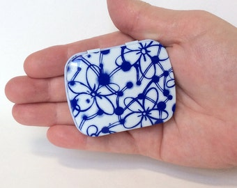 Delft Blue METAL Box, Dutch Look Tin Box with Hinged Lid, Mod Space Age Flowers Floral Design White and Blue Gift Jewelry Box Party Favors