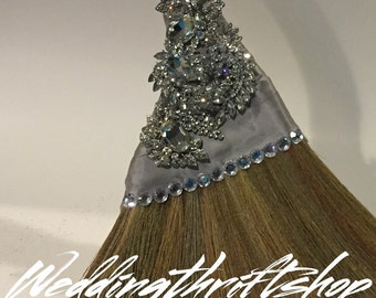 Customized wedding brooms, brooches and accesories