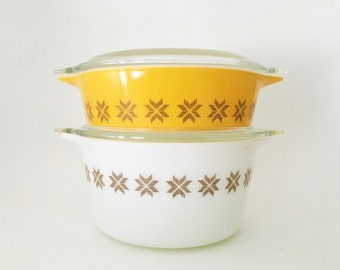 Vintage Pyrex 1960's Town & Country round casserole dish #471 and #473 with clear lids