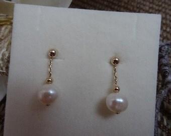 Eye-catcher earrings in gold 585 (14 K) with freshwater cultured pearl! Noble & elegant!