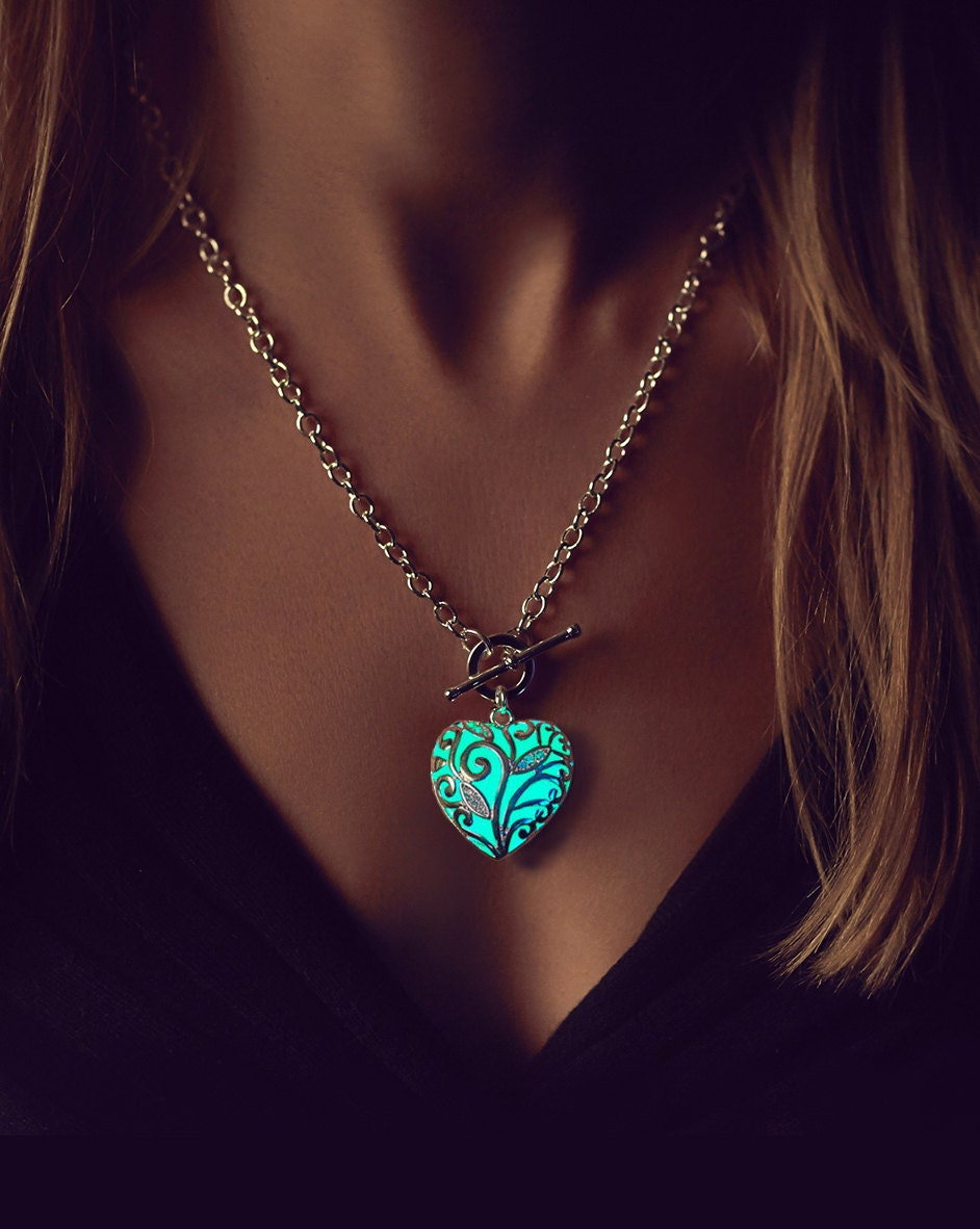glowing heart necklace girlfriend gift women christmas. Black Bedroom Furniture Sets. Home Design Ideas