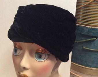 20% OFF SALE Vintage 1950s Black Velvet Cloche Turban Hat
