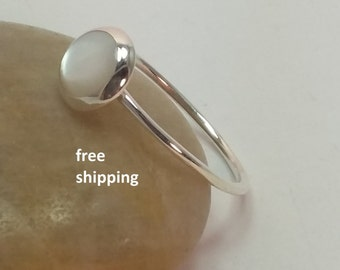 Mother of pearl ring in 92.5 sterling silver, small ring