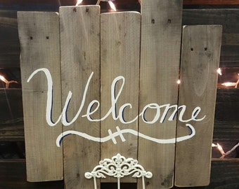 Welcome pallet sign with key hooks