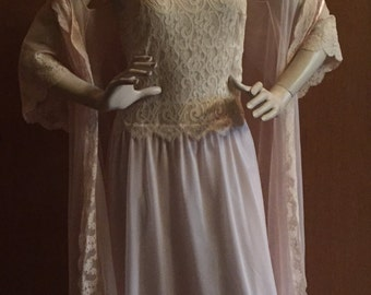 VANITY FAIR 60's Pale Pink Chiffon Lace Peignoir/Lingerie/Negligee/Trousseau - Fabulous and Glamorous