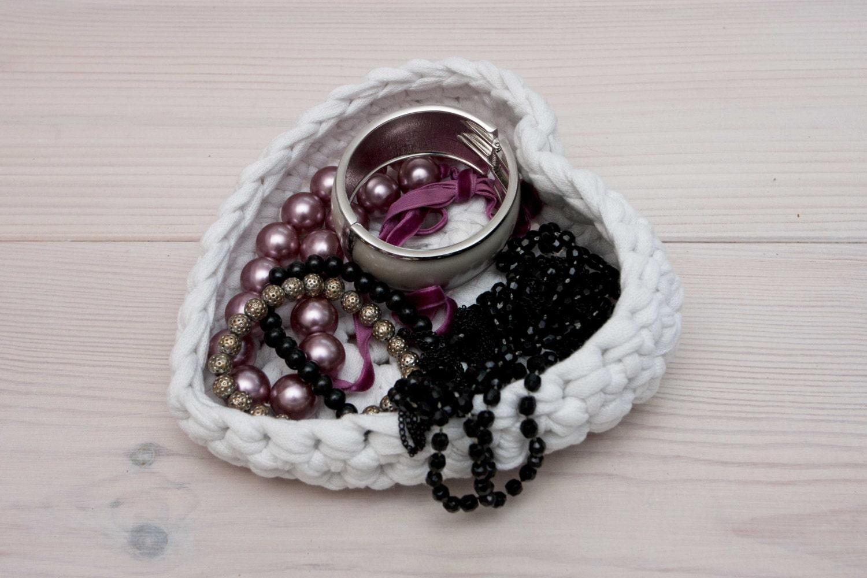 Crochet heart basket heart shaped basket jewelry dish for Heart shaped jewelry dish
