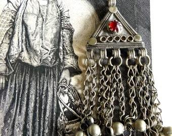 Pendentif ethnique Afghan Kuchi vintage avec perle de verre rouge et grelots, authentique bijou tribal ancien