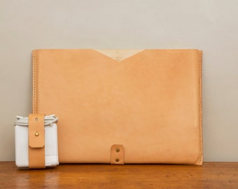 Simple and sleek natural leather laptop sleeve/ case