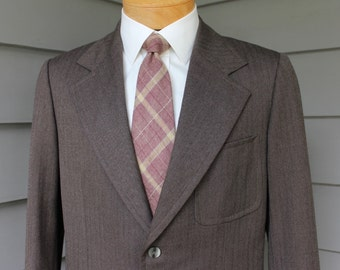 vintage 1940's style -Jotina- Men's Custom made sport coat. Brown herringbone. Patch pockets - Wide lapel. Size 44 Short. Hong Kong