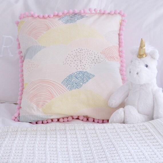 Art culos similares a funda de almohada rosa con pompones for Articulos decoracion habitacion bebe