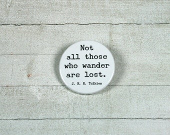 """Quote J. R. R. Tolkien: """"Not all those who wander are lost."""" - badge 3,8 cm"""