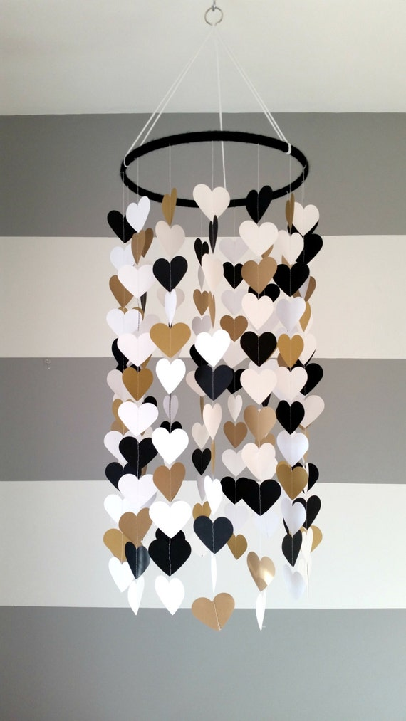mobile en papier en forme de coeur noir or dor blanc. Black Bedroom Furniture Sets. Home Design Ideas